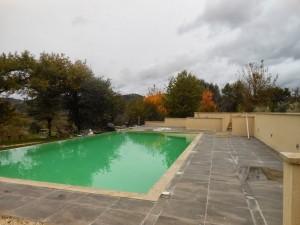 Het zwembad rondom betegeld